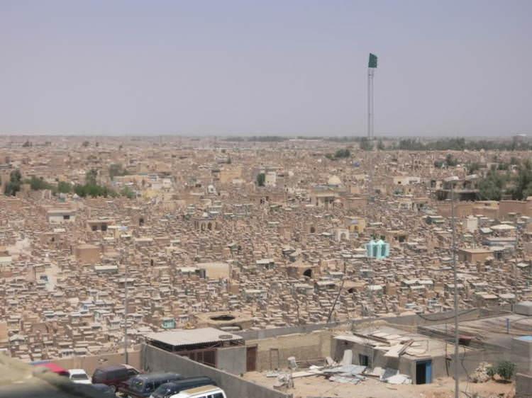 Самое большое кладбище в мире: Вади-ус-Салама (9)